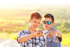 滑稽的朋友在一个晴天采取selfies 免版税库存照片