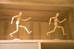 滑稽的木小雕象 免版税库存照片