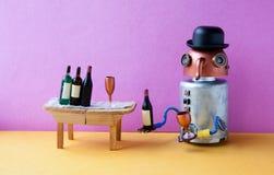 滑稽的机器人酒客醉得  酒党事件概念 创造性的有酒杯的设计铜头长的鼻子靠机械装置维持生命的人 库存照片