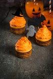 滑稽的杯形蛋糕为万圣夜 免版税库存图片