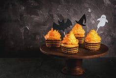 滑稽的杯形蛋糕为万圣夜 库存照片