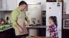 滑稽的父亲使一点女儿振作并且给五 股票视频