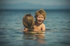 滑稽的片刻 与孩子的夏天休假 家庭在海 免版税库存图片