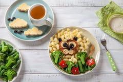 滑稽的狮子食物面孔用炸肉排、面团和菜 免版税库存照片