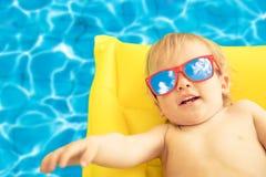 滑稽的男婴暑假 免版税库存图片