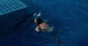 滑稽的男孩下潜到游泳场里 股票录像