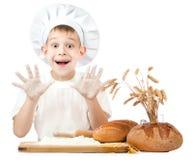 滑稽的矮小的在厨房里帮忙的仆人揉面团 免版税库存图片