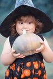 滑稽的矮小的巫婆用南瓜 图库摄影
