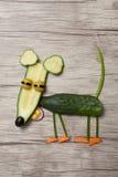 滑稽的老鼠由黄瓜制成在木背景 免版税库存照片