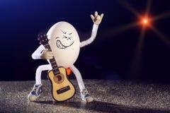滑稽的蛋摇摆物吉他弹奏者 免版税库存图片