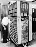 滑稽的计算机书呆子科学家,葡萄酒技术 免版税库存图片