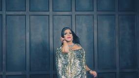 滑稽转写歌剧女主角 异性装扮癖展示的概念 人演员把变成妇女 他在照相机跳舞,唱歌并且摆在 股票录像