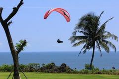 滑翔伞准备着陆 免版税库存图片