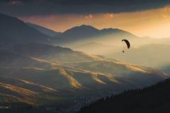 滑翔伞剪影在美妙的太阳光的 库存图片