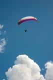 滑翔伞在云彩上的天空飞行在一晴朗的summe 图库摄影