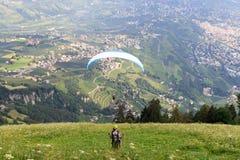 滑翔伞在南蒂罗尔开始在梅拉诺panaroma前面的滑翔伞 免版税库存图片