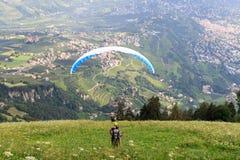 滑翔伞在南蒂罗尔开始在梅拉诺panaroma前面的滑翔伞 图库摄影