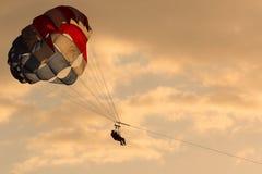 滑翔伞在哥斯达黎加 免版税库存图片