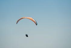 滑翔伞在天空飞行在一个晴朗的夏日 免版税库存图片
