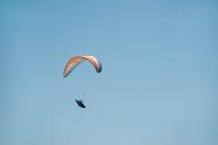 滑翔伞在天空飞行在一个晴朗的夏日 图库摄影