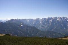 滑翔伞在奥地利阿尔卑斯 库存照片