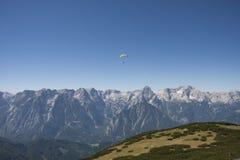 滑翔伞在奥地利阿尔卑斯 免版税库存图片