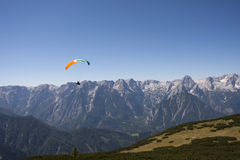 滑翔伞在奥地利阿尔卑斯 库存图片