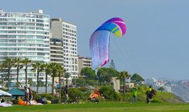 滑翔伞在米拉弗洛雷斯区公园在利马,秘鲁 库存图片