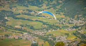 滑翔伞在飞行中在1700米的山顶部 库存照片