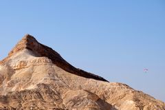滑翔伞在Neqev沙漠山 免版税库存图片