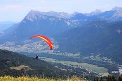 滑翔伞在Samoens,法国阿尔卑斯 免版税库存照片