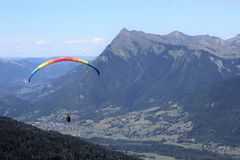 滑翔伞在Samoens,法国阿尔卑斯 库存照片