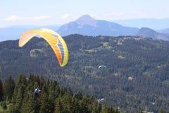 滑翔伞在Samoens,法国阿尔卑斯 库存图片