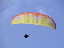 滑翔伞天空 免版税库存图片