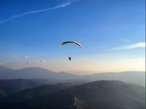 滑翔伞微明 免版税库存图片