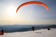 滑翔伞离开近对山 33c 1月横向俄国温度ural冬天 免版税图库摄影