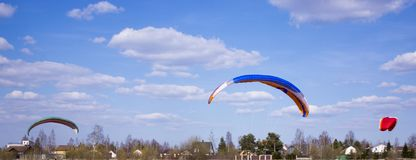 滑翔伞飞行反对领域背景,土地 o E 库存照片