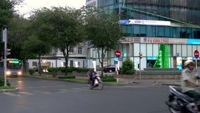 滑行车、摩托车、汽车、交通和人们在西贡或胡志明市,越南街道上  股票录像