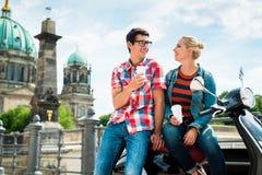 滑行车喝咖啡的骑马游人在柏林 库存图片