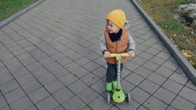 滑行车的滑稽的男孩在公园 股票视频