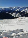 滑雪倾斜和积雪覆盖的山在达沃斯,瑞士 库存照片