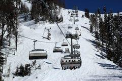 滑雪倾斜在多雪的山区度假村罗莎Khutor,索契 库存图片
