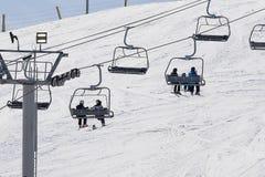 滑雪升降椅在冬天 免版税库存图片