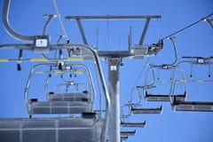 滑雪升降椅 免版税库存图片