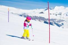 滑雪和雪乐趣 冬天山的孩子 库存照片