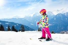 滑雪和雪乐趣 孩子滑雪 儿童冬季体育 库存图片