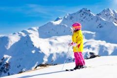 滑雪和雪乐趣 孩子滑雪 儿童冬季体育 库存照片