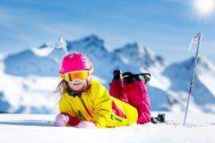 滑雪和雪乐趣 孩子滑雪 儿童冬季体育 免版税库存图片