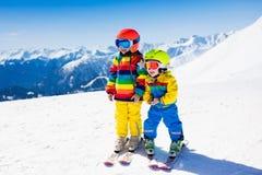 滑雪和雪孩子的冬天乐趣 儿童滑雪 免版税库存图片