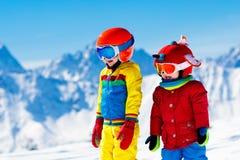 滑雪和雪孩子的冬天乐趣 儿童滑雪 图库摄影